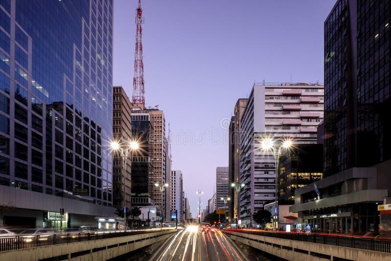 Vista di notte del viale famoso di Paulista, centro finanziario della città ed uno dei posti principali di Sao Paulo, Brasile fotografia stock