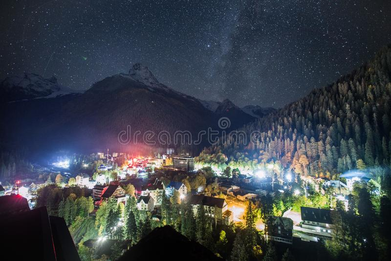 Vista di notte del villaggio di Dombay contro lo sfondo di cielo notturno fotografia stock