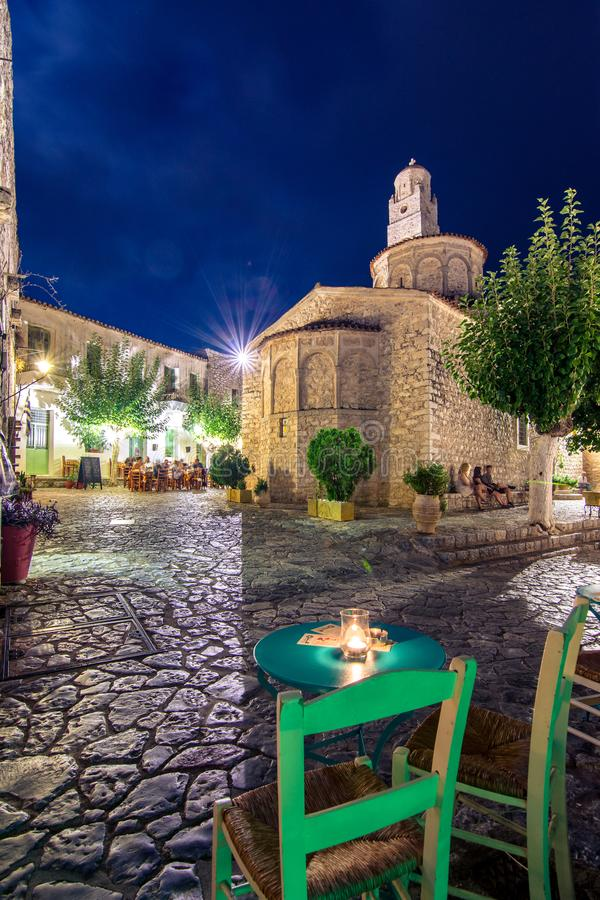 Vista di notte del villaggio tradizionale di Areopoli nella regione di Mani con i vicoli pittoreschi e le case costruite di pietr fotografia stock libera da diritti