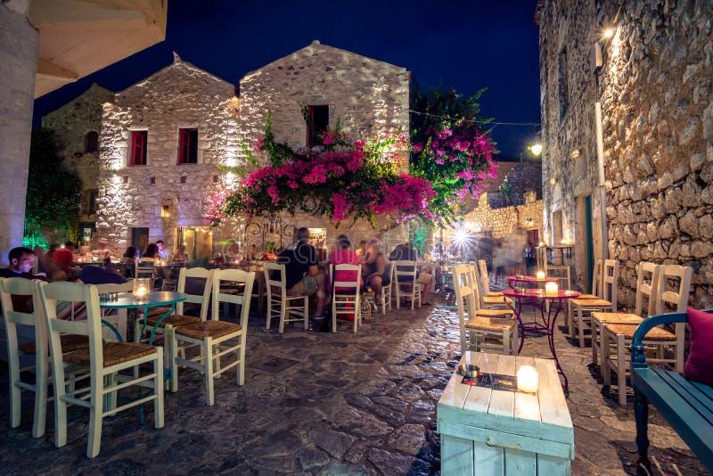 Vista di notte del villaggio tradizionale di Areopoli nella regione di Mani con i vicoli pittoreschi e le case costruite di pietr fotografie stock