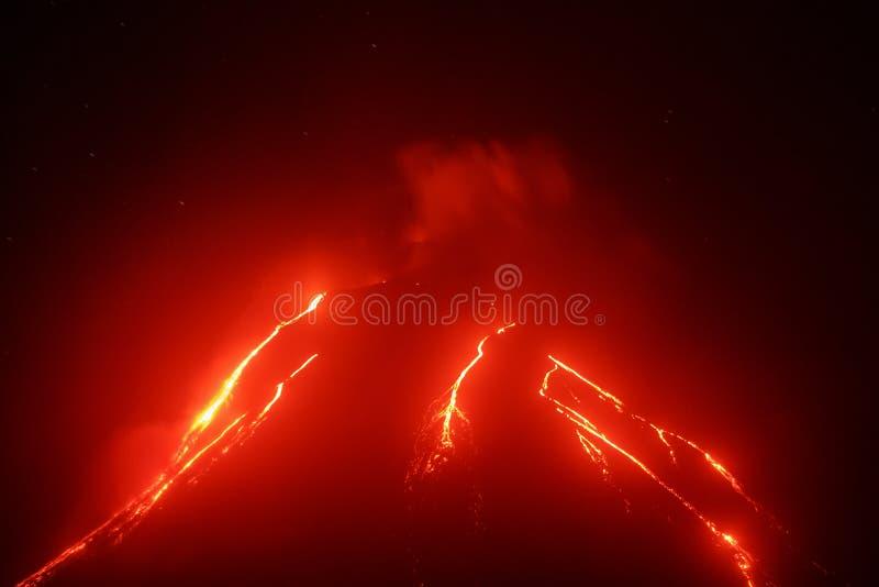 Vista di notte del vulcano di Klyuchevskoy di eruzione su Kamchatka immagini stock