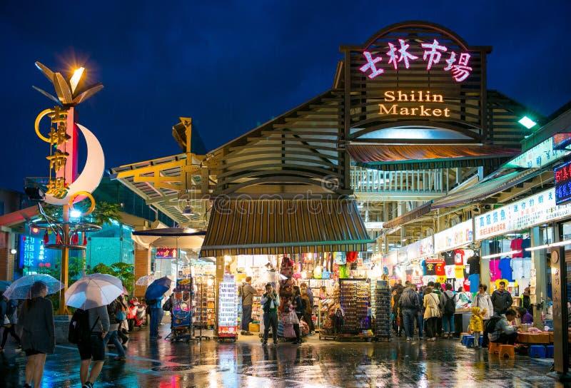 Vista di notte dell'entrata del mercato di notte di Shihlin fotografie stock libere da diritti
