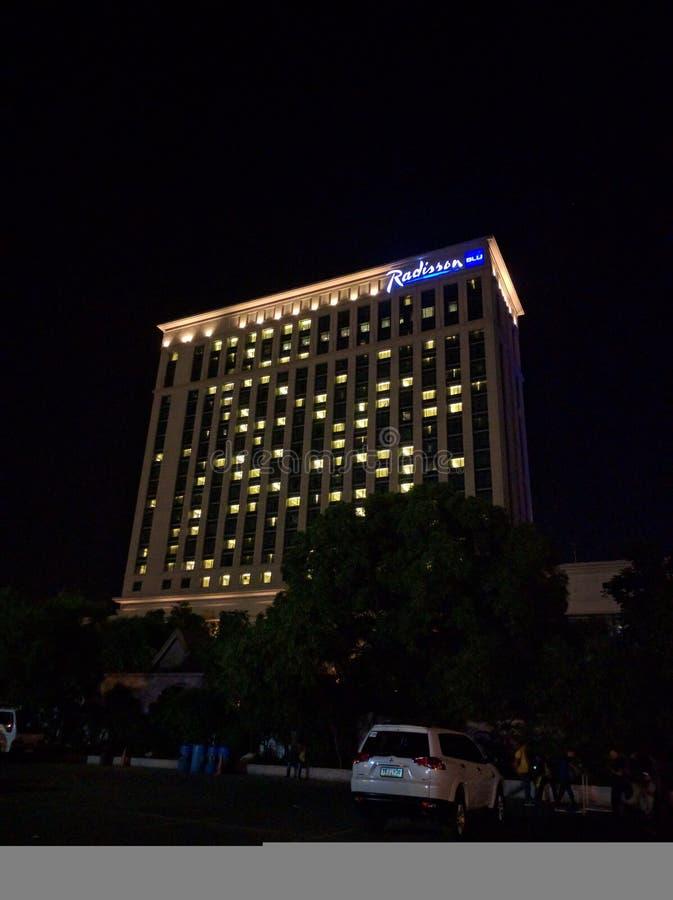 Vista di notte dell'hotel del blu di Radisson fotografia stock libera da diritti