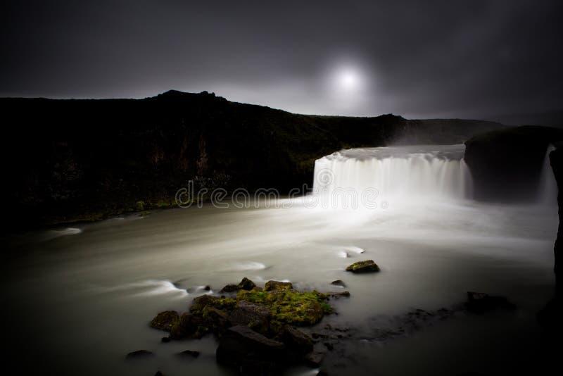 Vista di notte dell'Islanda della cascata di Godafoss fotografie stock