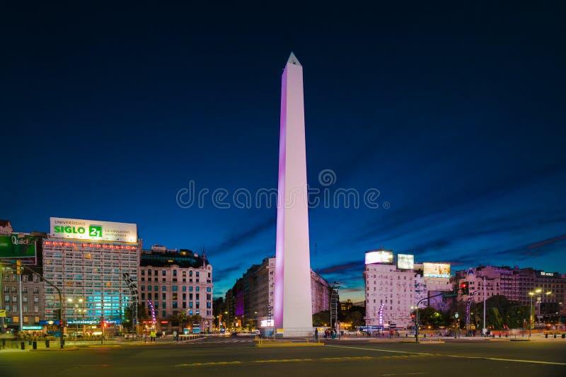 Vista di notte dell'obelisco fotografie stock libere da diritti