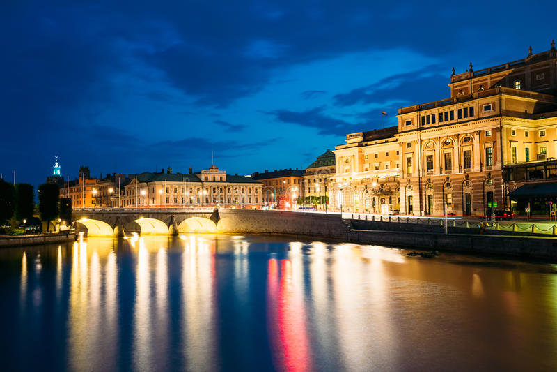 Vista di notte dell'opera reale illuminata di Stoccolma immagini stock libere da diritti