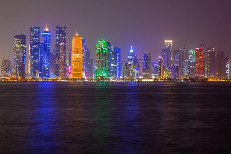 Vista di notte dell'orizzonte della città di Doha, Qatar immagine stock libera da diritti