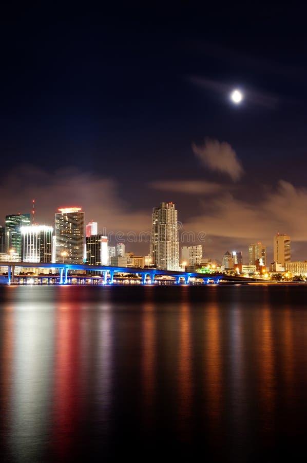 Vista di notte dell'orizzonte di Miami fotografia stock
