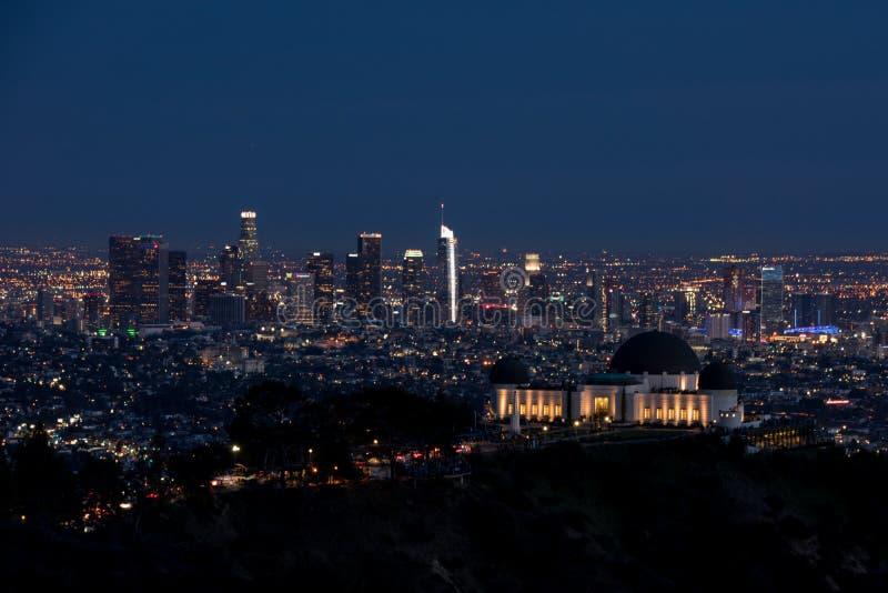 Vista di notte dell'orizzonte di Los Angeles, da dietro Griffith Observatory fotografia stock libera da diritti