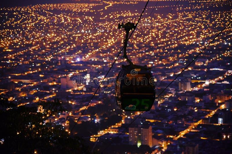 Vista di notte della cabina di funivia, trascuratezza della città di salta, l'argentina immagini stock
