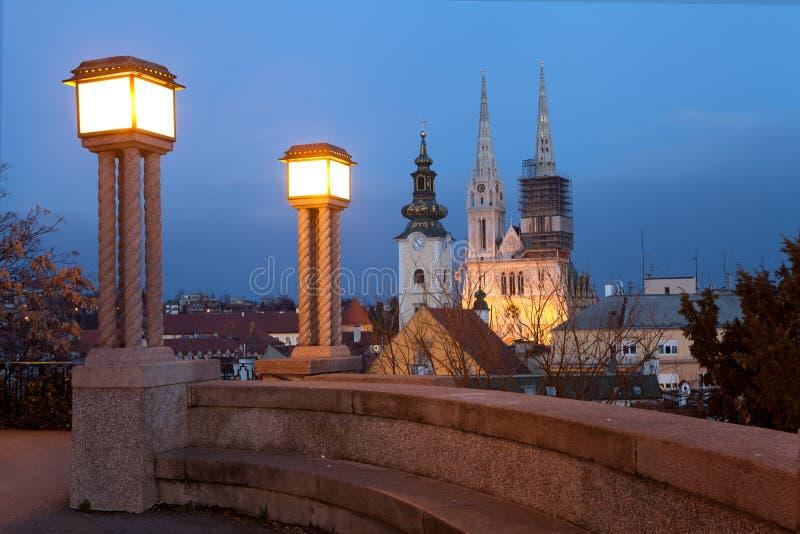 Vista di notte della cattedrale di Zagabria fotografia stock