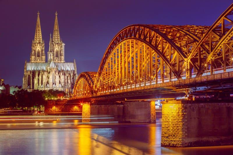 Vista di notte della cattedrale e di Hohenzollern di Colonia fotografia stock