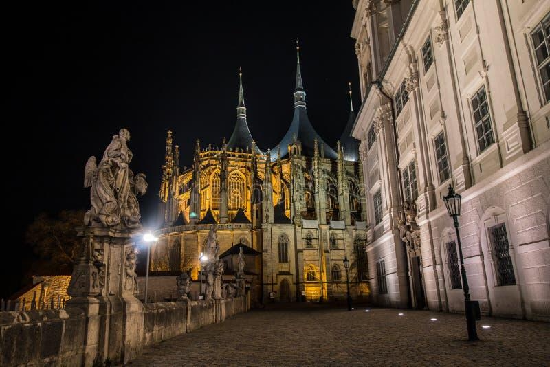 Vista di notte della cattedrale della st Barbara in Kutna Hora immagini stock libere da diritti