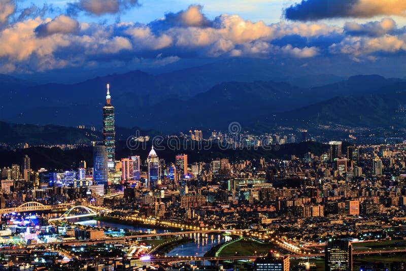 Vista di notte della città con colore piacevole, Taiwan di Taipei immagine stock