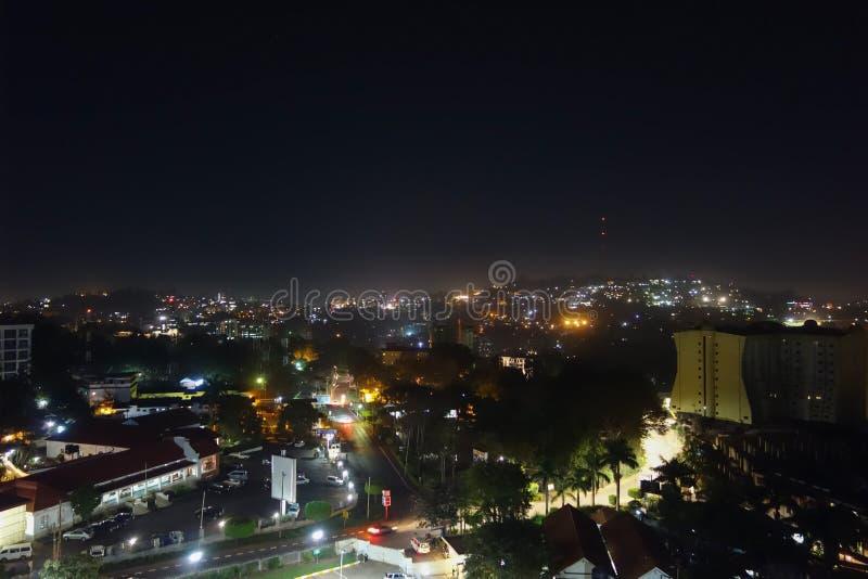 Vista di notte della città di Kampala fotografia stock