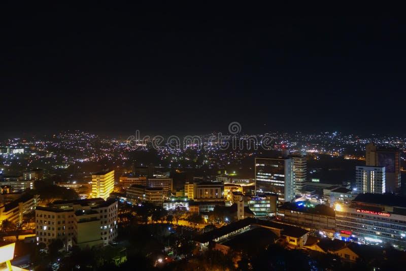 Vista di notte della città di Kampala immagine stock