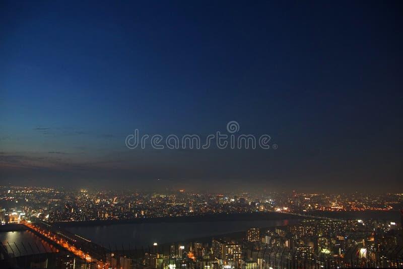 Vista di notte della città di Osaka, Giappone fotografie stock