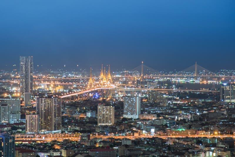 Vista di notte della citt? di Bangkok con traffico principale Traffico stradale bello alla notte, vista di occhio di uccello a Ba fotografie stock libere da diritti