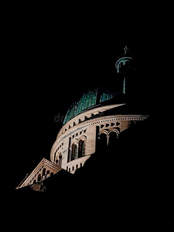 Vista di notte della cupola alla chiesa cattolica San-Pierre-le-Jeune fotografie stock libere da diritti
