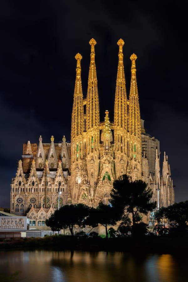 Vista di notte della facciata di natività della cattedrale di Sagrada Familia in sedere immagini stock libere da diritti