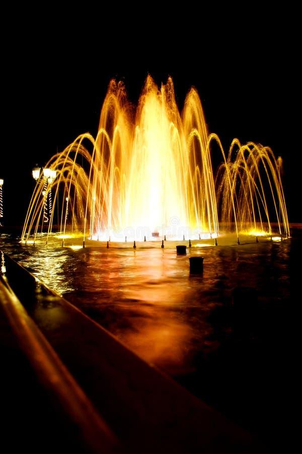 Vista di notte della fontana variopinta immagini stock