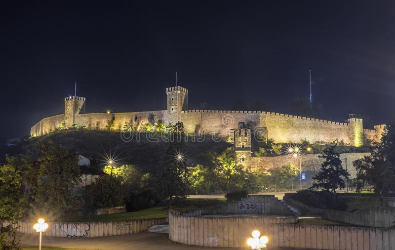 Vista di notte della fortezza di Skopje immagine stock