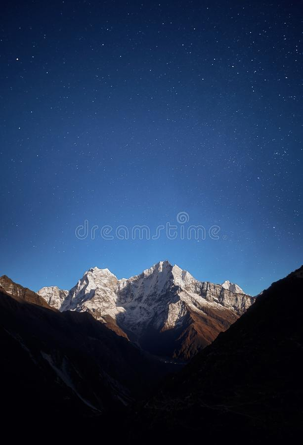 Vista di notte della montagna di Thamserku alla luce della luna in aumento fotografie stock libere da diritti