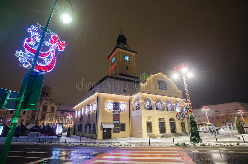 Vista di notte della sala del consiglio di Brasov decorata per il Natale fotografia stock
