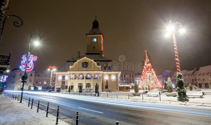 Vista di notte della sala del consiglio di Brasov decorata per il Natale immagine stock libera da diritti