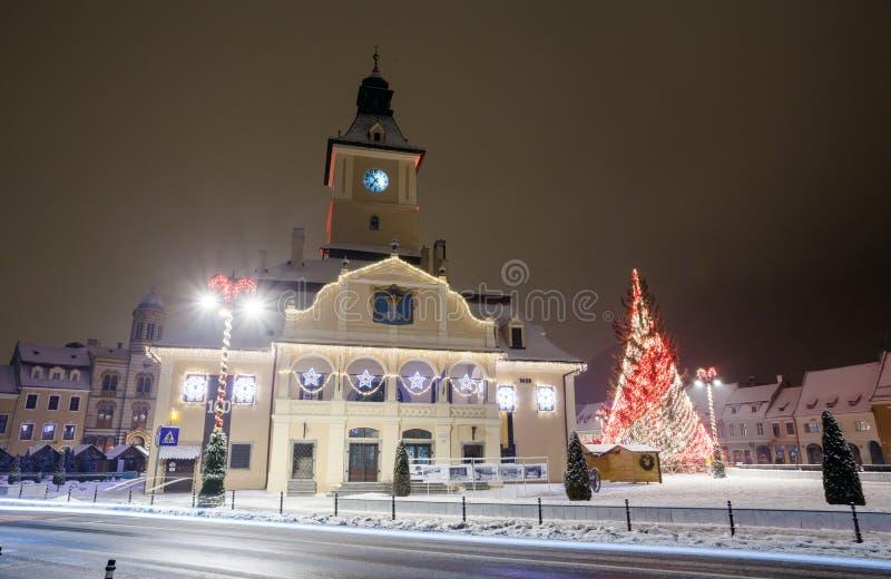 Vista di notte della sala del consiglio di Brasov decorata per il Natale immagine stock