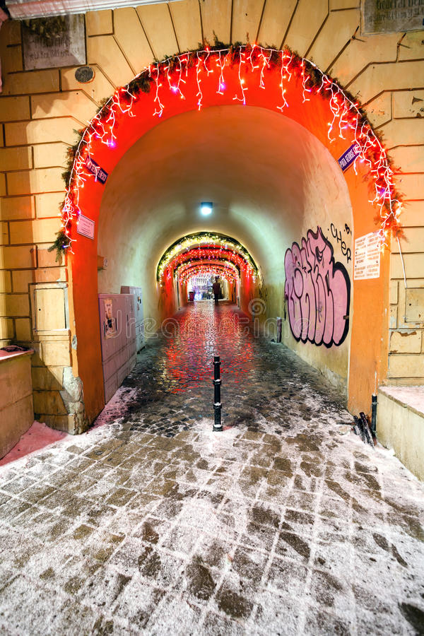 Vista di notte della sala del consiglio di Brasov decorata per il Natale fotografie stock