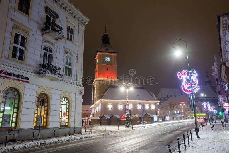 Vista di notte della sala del consiglio di Brasov decorata per il Natale immagini stock libere da diritti