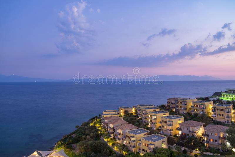 Vista di notte della spiaggia e degli hotel sulla costa dell'oceano o del mare immagine stock
