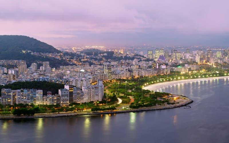 Vista di notte della spiaggia e del distretto di Flamengo a Rio d immagini stock libere da diritti