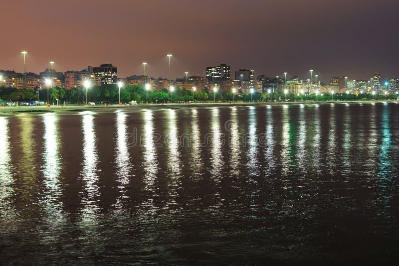 Vista di notte della spiaggia Flamengo, baia di Guanabara, Rio de Janeiro immagine stock