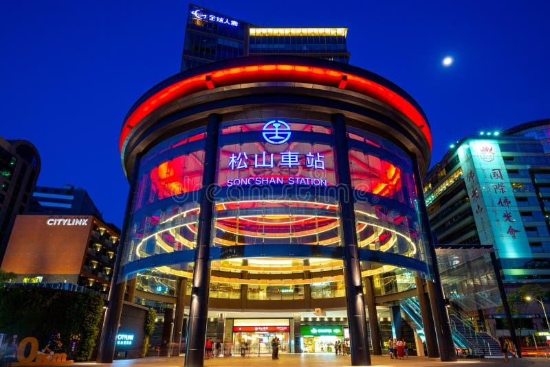 Vista di notte della stazione ferroviaria di songshan a Taipeh, Taiwan fotografia stock