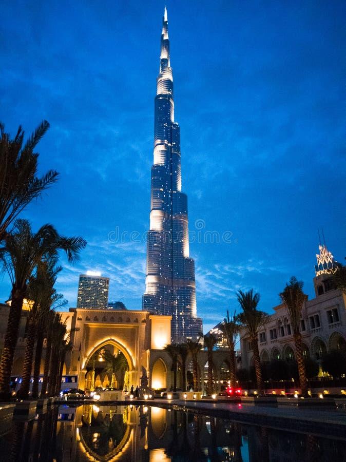 Vista di notte della torre del Dubai Burj Khalifa nel tramonto fotografie stock