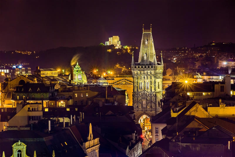 Vista di notte della torre della polvere a Praga fotografia stock libera da diritti