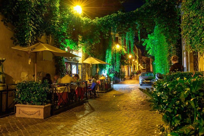 Vista di notte della via accogliente a Roma fotografia stock libera da diritti