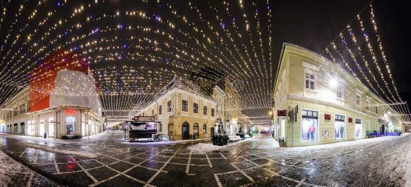 Vista di notte della via della Repubblica decorata per le vacanze invernali immagini stock