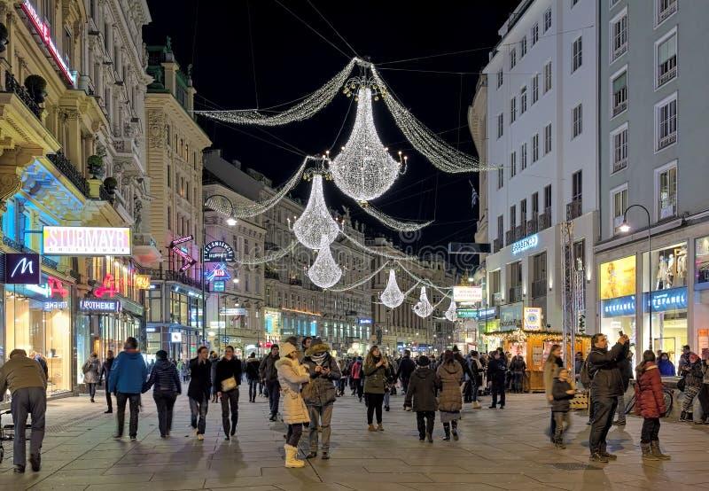 Vista di notte della via di Graben con i candelieri di Natale a Vienna, Austria fotografie stock libere da diritti