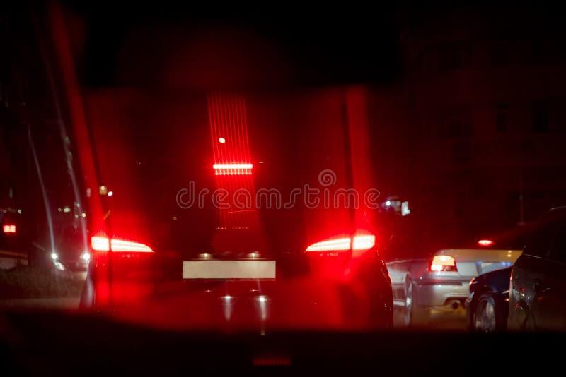 Vista di notte delle automobili L'ingorgo stradale L'ingorgo stradale sulla strada nella città alla notte con ligh elettrico gial immagine stock