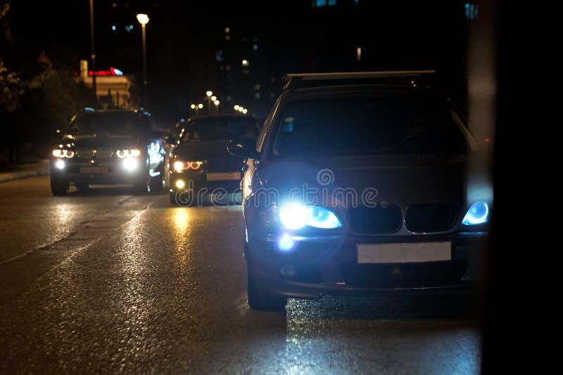 Vista di notte delle automobili Strada nella città alla notte con luce elettrica gialla e rossa per le automobili durante stanno  fotografia stock libera da diritti