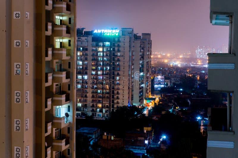 Vista di notte delle costruzioni moderne in Noida fotografie stock libere da diritti
