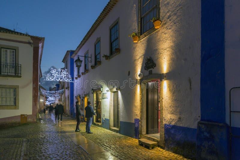 Vista di notte delle viuzze del villaggio di Obidos, Portogallo immagine stock libera da diritti