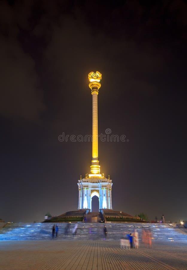 Vista di notte dello stele con l'emblema Tagikistan dushanbe fotografie stock libere da diritti