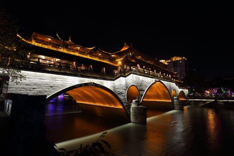 Vista di notte di bello ponte di Anshun sopra il fiume di Jinjiang, Chengdu, Sichuan, Cina immagine stock libera da diritti