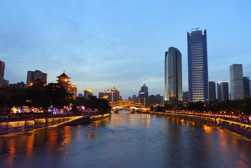 Vista di notte di bello ponte di Anshun sopra il fiume di Jinjiang e la città di Jiuyanqiao nell'ora blu fotografie stock libere da diritti