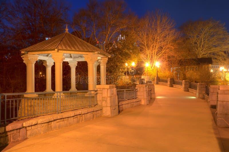 Vista di notte di Clara Meer Gazebo e del ponte, Atlanta, U.S.A. fotografia stock