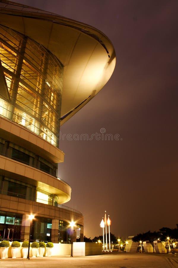 Vista di notte di costruzione moderna immagine stock libera da diritti